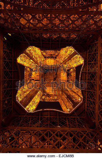 looking-up-to-the-eiffel-tower-in-paris-at-night-ejcm8b
